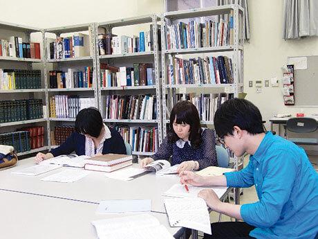 [写真]学生学習室で研究活動を行う学生たち