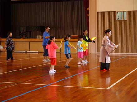 [写真]平成30年度(第11回)移動大学 in 波照間での琉球舞踊ワークショップの様子