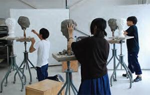 [写真]彫刻専攻における高校生のサマースクールの様子