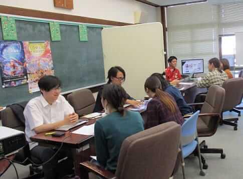 [写真]企業担当者に熱心に質問をする学生