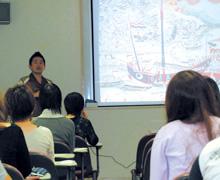 [写真]講演する卒業生の真喜志康一さん