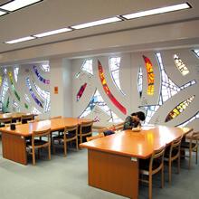 [写真]沖縄県立芸術大学附属図書館内の様子