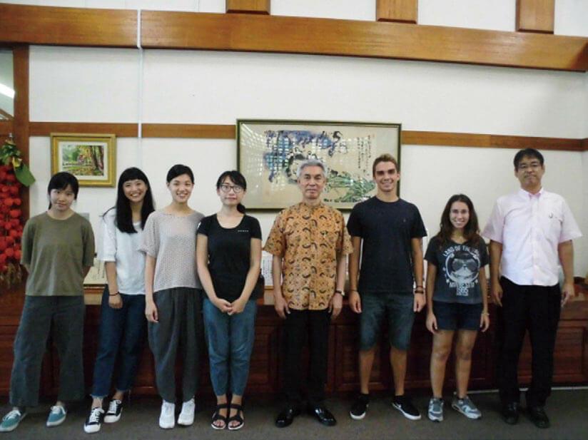 [写真]比嘉学長と留学生との集合写真