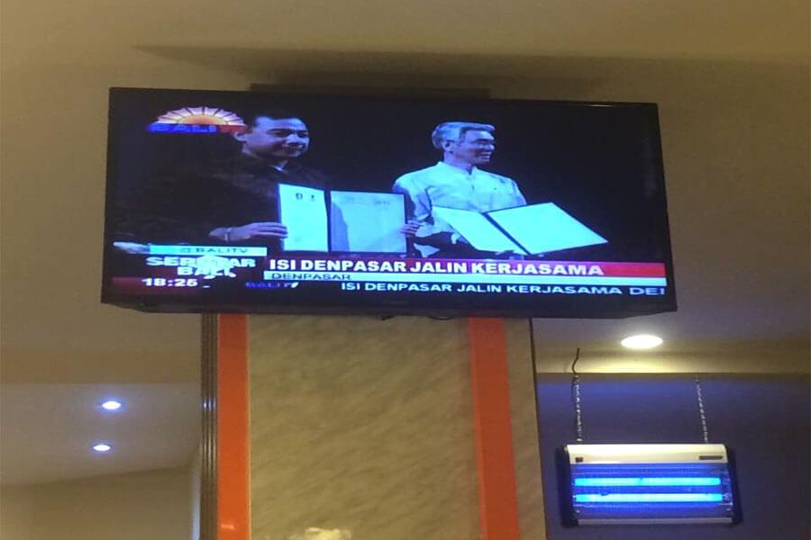 [写真]現地で調印式がテレビ放映される様子