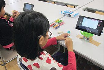 [写真]移動大学 in 粟国島でのアニメーション制作ワークショップ風景