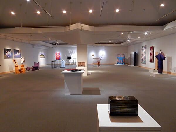 [写真]開学30周年記念美術工芸学部・造形芸術研究科 教員作品展展覧会風景