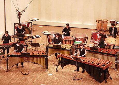 [写真]奏楽堂ホールでの合奏学内演奏会(打楽器アンサンブル)の様子