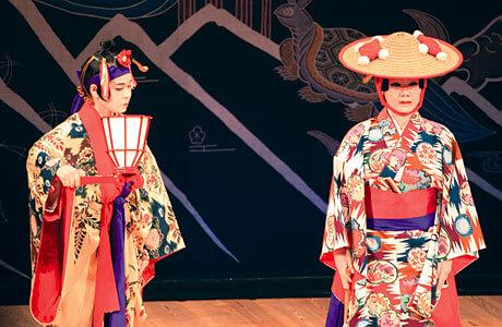 [写真]琉球舞踊上演中の様子