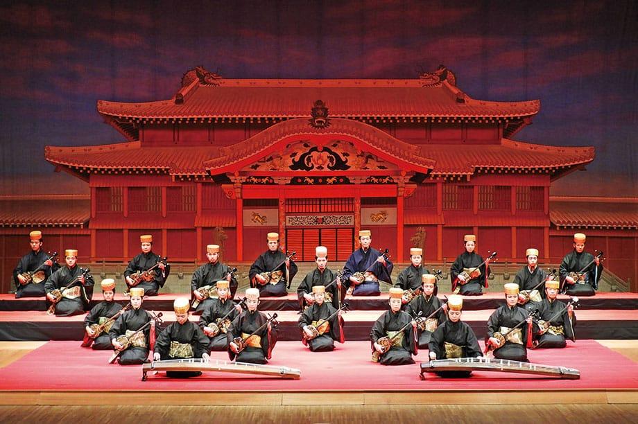 [写真]首里城正殿の書き割りを前にした奏楽堂ホールでの演奏会風景