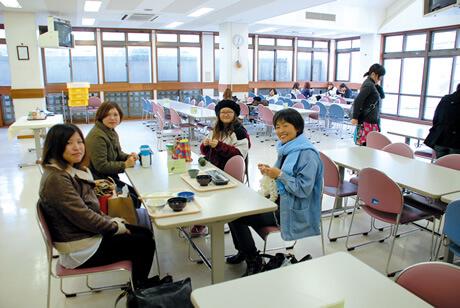 [写真]学生食堂で食事する女子学生たち