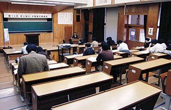 [写真]大講義室での修了論文発表会の様子