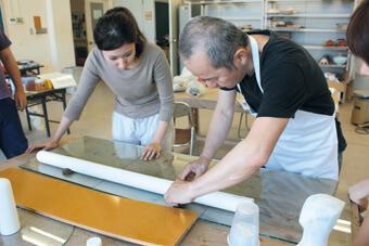 [写真]型紙実習での教員と学生
