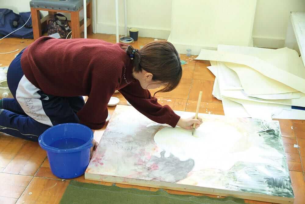[写真]日本画を制作している絵画専攻の学生
