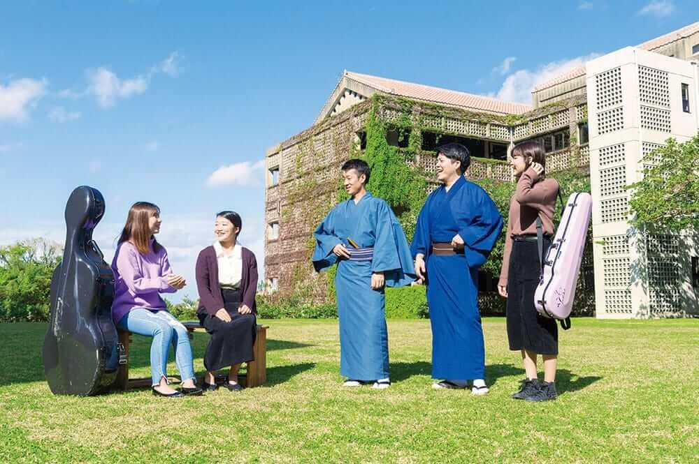 [写真]首里当蔵キャンパスの中庭で談笑する音楽学部学生