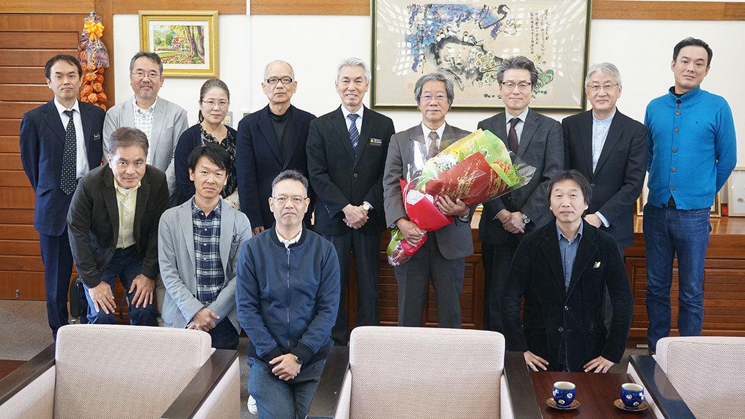 [写真]安里進名誉教授を囲んでの集合写真