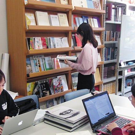 [写真]研究室の書庫で資料を閲覧する学生
