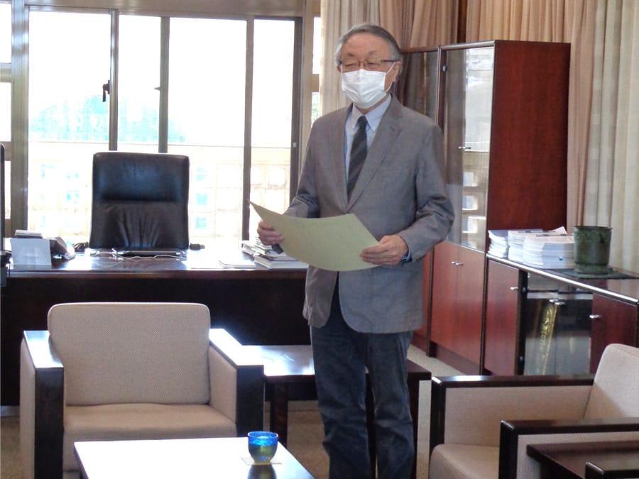 [写真]授与書を手に喜ぶ平山英樹名誉教授