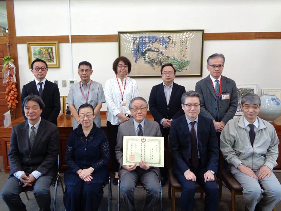 [写真]平山英樹名誉教授を囲んでの記念写真